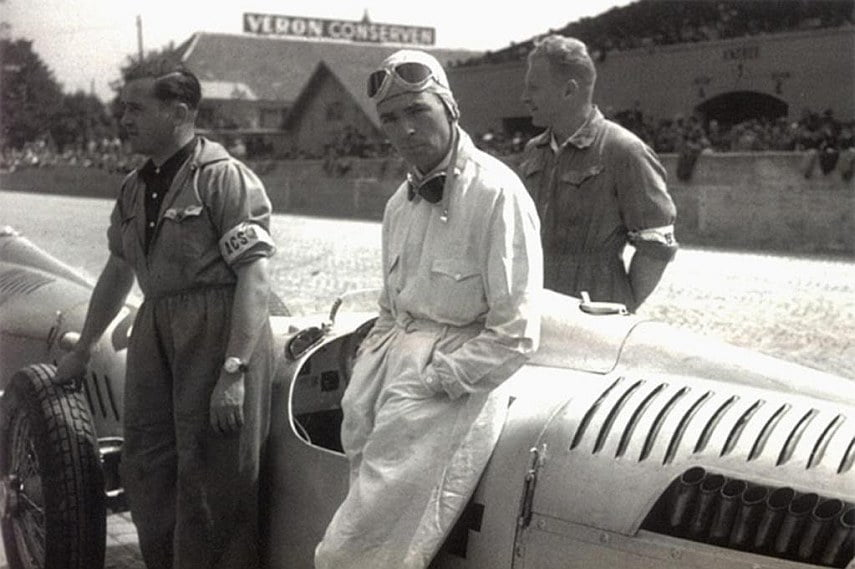 Rosemeyer with his mechanics before the race
