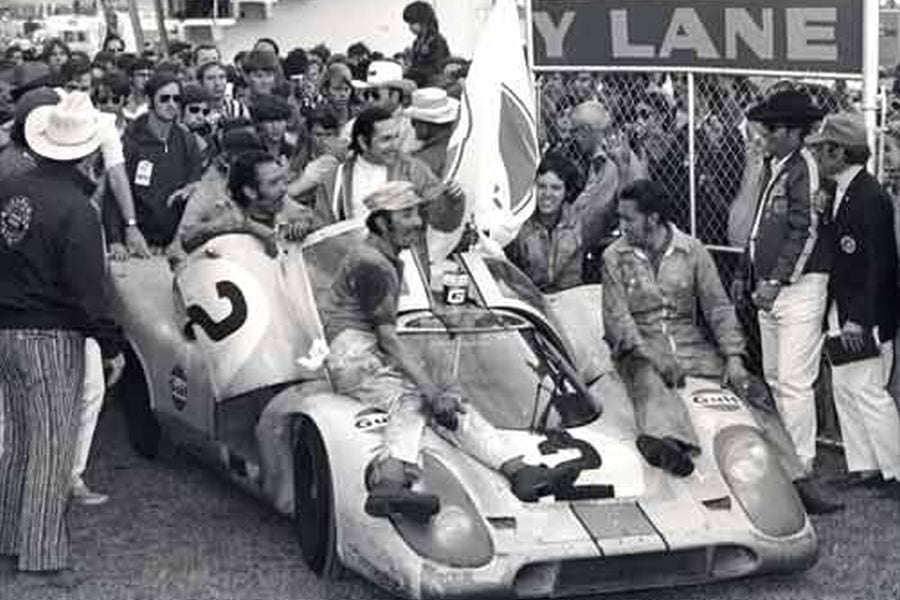 1971 Daytona 24h: Pedro Rodriguez is celebrating his fourth win