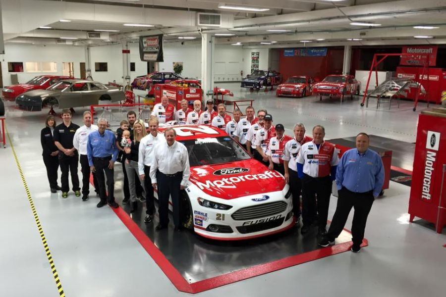 Wood Brothers Racing crew and #21 Ford