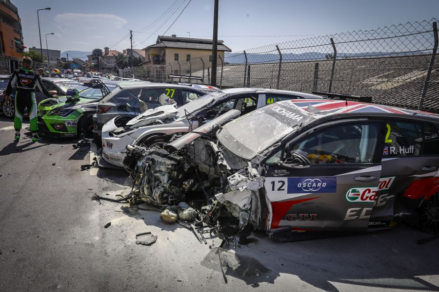 12 HUFF Rob, (gbr), Volkswagen Golf GTI TCR team Sebastien Loeb Racing, action accident crash during the 2018 FIA WTCR World Touring Car cup of Portugal, Vila Real from june 22 to 24 -